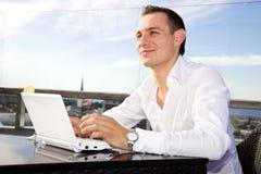 Homem de negócios no lazer com portátil Imagens de Stock Royalty Free