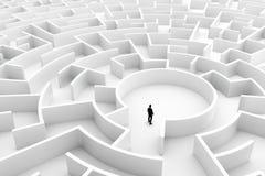 Homem de negócios no meio do labirinto Conceitos do desafio Fotografia de Stock Royalty Free