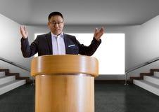 Homem de negócios no pódio que fala na conferência com a tela Imagens de Stock