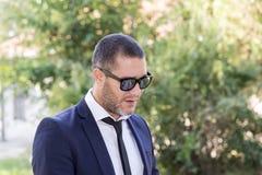 Homem de negócios no parque fotos de stock royalty free