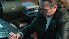 Homem de negócios no pensamento de pensamento do escritório sobre o problema Faça uma decisão video estoque
