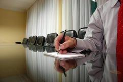 Homem de negócios no quarto de placa Imagem de Stock Royalty Free