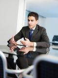 Homem de negócios no quarto de reunião foto de stock royalty free