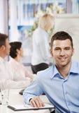 Homem de negócios no quarto de reunião imagem de stock