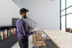 Homem de negócios no quarto de reunião Fotografia de Stock
