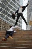 Homem de negócios no sentimento de salto do terno feliz quando ele sucesso Fotografia de Stock Royalty Free