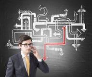 Homem de negócios no telefone, labirinto da seta Fotos de Stock Royalty Free