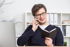 Homem de negócios no telefone que verifica a programação Imagens de Stock Royalty Free