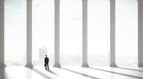 Homem de negócios no terno no salão clássico foto de stock