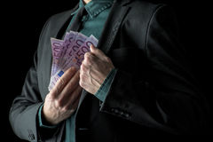 Homem de negócios no terno preto que guarda 500 euro- contas Fotos de Stock