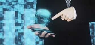 Homem de negócios no terno preto que guarda Smartphone à disposição ao projetar o dedo de Hud Interface And Pointing Index do glo imagem de stock royalty free