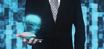 Homem de negócios no terno preto que guarda Smartphone à disposição ao projetar o globo Hud Interface Against Futuristic Backgrou ilustração stock