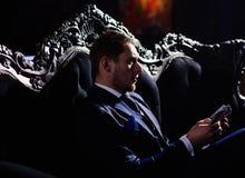 Homem de negócios no terno que guarda o dinheiro em suas mãos Liberdade, homem do sucesso que senta-se com dinheiro em sui fotos de stock