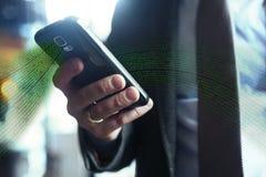 Homem de negócios no terno, revestimento, camisa, laço, usando seu telefone esperto Fotografia de Stock