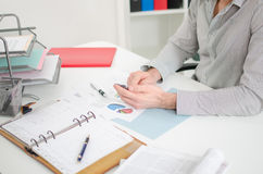 Homem de negócios no trabalho em um escritório Imagens de Stock