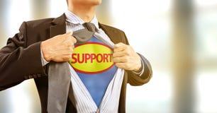 Homem de negócios no traje do super-herói na ajuda e no apoio fotografia de stock royalty free