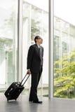 Homem de negócios no vestuário formal que guarda a bagagem Imagens de Stock