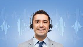 Homem de negócios nos auriculares sobre a onda sadia ou o diagrama Fotos de Stock Royalty Free