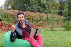 Homem de negócios novo árabe bem sucedido Sits With Laptop na cadeira, S fotos de stock royalty free