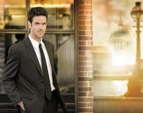 Homem de negócios novo ao ar livre Foto de Stock Royalty Free