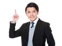 Homem de negócios novo asiático com ponto do dedo acima Fotos de Stock