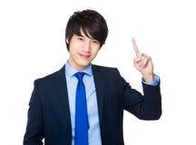 Homem de negócios novo asiático com ponto do dedo acima Foto de Stock Royalty Free