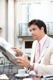 Papel atrativo da leitura do homem de negócios no café. Imagens de Stock