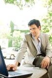 Homem de negócios com portátil. imagem de stock