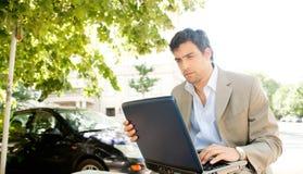 Homem de negócios com portátil. imagem de stock royalty free