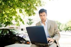 Homem de negócios com portátil. fotografia de stock