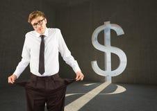 Homem de negócios novo com bolsos vazios em uma sala do dólar imagens de stock royalty free