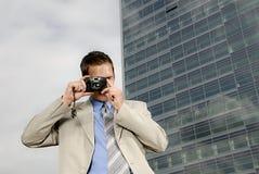 Homem de negócios novo com câmera imagens de stock royalty free