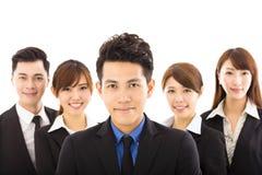 Homem de negócios novo com a equipe bem sucedida do negócio Fotos de Stock