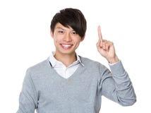 Homem de negócios novo com ponto do dedo acima Fotografia de Stock Royalty Free