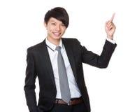 Homem de negócios novo com ponto do dedo acima Fotografia de Stock