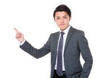 Homem de negócios novo com ponto do dedo acima Fotos de Stock Royalty Free