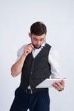 Homem de negócios novo com tabuleta branca Foto de Stock Royalty Free