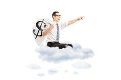 Homem de negócios novo com um saco do dinheiro com voo do sinal de dólar no cl Imagens de Stock Royalty Free