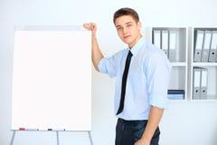 Homem de negócios novo com uma carta de aleta durante uma apresentação Imagens de Stock