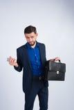 Homem de negócios novo com uma pasta e um telefone Foto de Stock Royalty Free