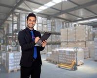 Homem de negócios novo com uma prancheta Imagem de Stock Royalty Free