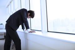Homem de negócios novo deprimido fotografia de stock