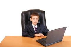 Homem de negócios novo do retrato que usa o portátil fotografia de stock royalty free