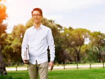 Homem de negócios novo durante sua ruptura no parque imagens de stock royalty free