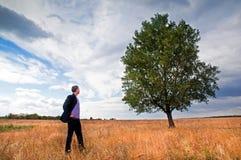 Homem de negócios novo e árvore grande Fotos de Stock