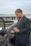 Homem de negócios novo em PDA imagem de stock royalty free