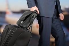 Homem de negócios novo em um terno à moda moderno com bagagem dentro Imagens de Stock Royalty Free