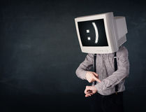 Homem de negócios novo engraçado com um monitor em seus cabeça e smiley sobre Fotos de Stock Royalty Free