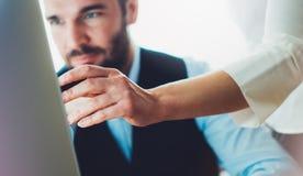 Homem de negócios novo farpado que trabalha no escritório Vista de pensamento do homem do diretor no computador do monitor Encont imagens de stock