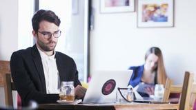 Homem de negócios novo Feeling Distracted vídeos de arquivo
